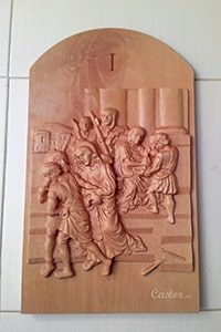 Primera estación del vía crucis tallada en madera