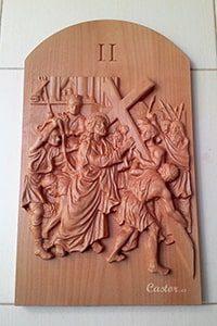 Segunda estación del vía crucis tallada en madera.