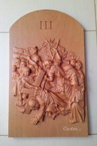 Tercera estación del viacrucis tallada en madera de haya