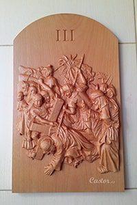 Tercera estación del vía crucis tallada en madera