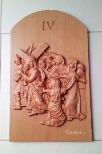 Cuarta estación del viacrucis tallada en madera de haya