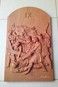 Novena estación del vía crucis tallada en madera