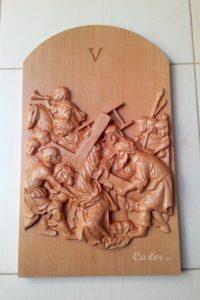 Quinta estación del viacrucis tallada en madera de haya