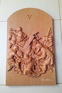 Quinta Cuarta estación del vía crucis tallada en madera