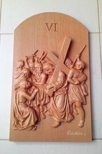 Sexta Cuarta estación del vía crucis tallada en madera.