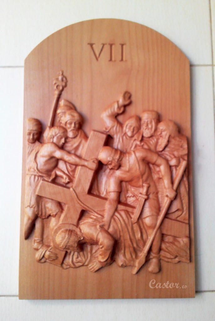 Séptima estación del vía crucis tallada en madera de haya