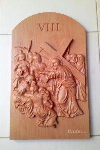 Octava estación del vía crucis tallada en madera de haya