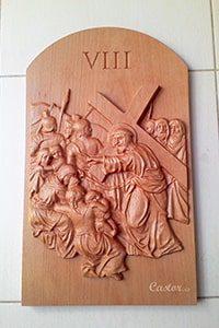 Octava estación del vía crucis tallada en madera.
