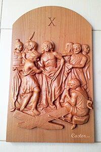 Décima estación del vía crucis tallada en madera