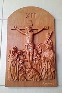 Duodécima estación del vía crucis tallada en madera
