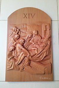 Decimocuarta estación del vía crucis tallada en madera