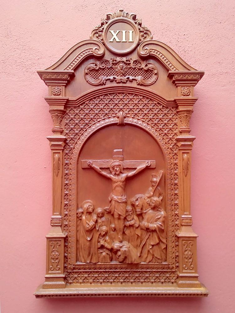 Vía Crucis tradicional tallado en madera modelo clásico.